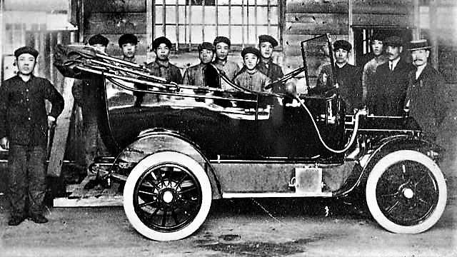 Kaishinsha's employees standing around DAT Car completed in 1914